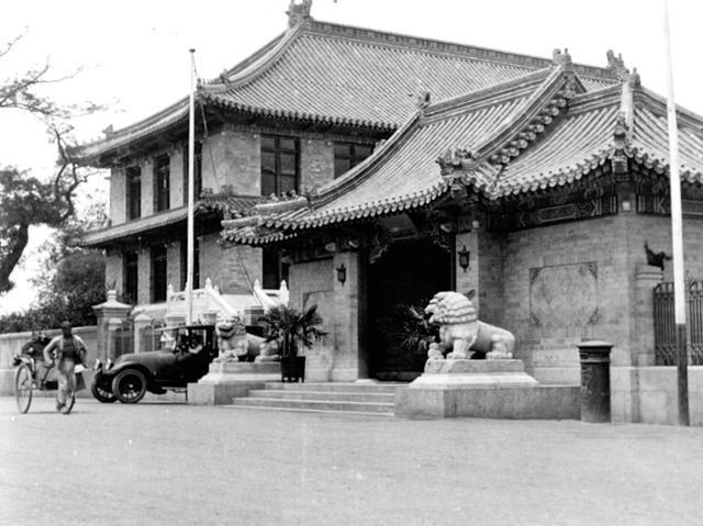 Ảnh chụp viện y học Hiệp Hòa Bắc Kinh năm 1917. Viện này do quỹ Rockefeller của Mỹ đầu tư xây dựng.
