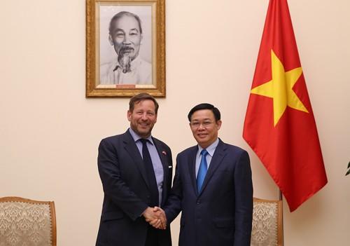 Phó Thủ tướng Vương Đình Huệ tiếp Đặc phái viên về thương mại của Thủ tướng Anh Edward Vaizey. Ảnh: VGP/Thành Chung
