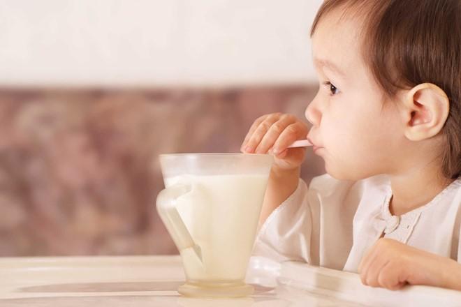 Bé trên 1 tuổi nhận biết được sự thay đổi của nhiệt độ trong sữa. Ảnh: Pinterest.