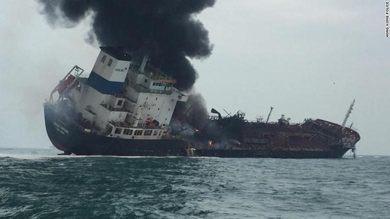 Tàu Aulac Fortune nghiêng hẳn về một bên sau vụ nổ hôm nay - Ảnh: CNN.