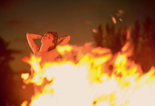 Miley Cyrus 'thả rông' táo bạo trên tạp chí