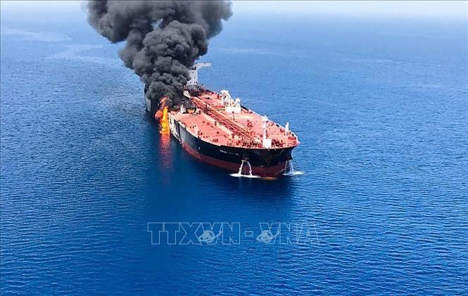 Khói lửa bốc ngùn ngụt từ một tàu chở dầu được cho là bị tấn công trên Vịnh Oman, ngày 13/6/2019. Ảnh: AFP/TTXVN