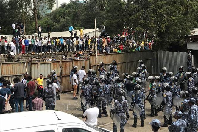 Cảnh sát Ethiopia bắt giữ một kẻ tình nghi đánh bom tại Addis Ababa. Ảnh tư liệu: AFP/TTXVN