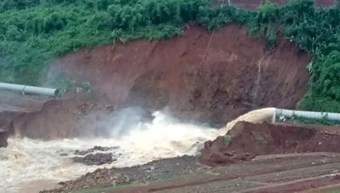 Do van bị kẹt, thủy điện Đắk Kar đang xả nước theo ống áp lực.