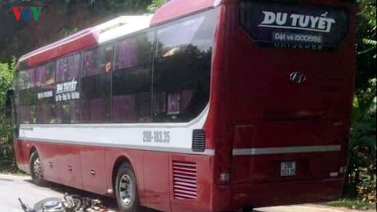 va cham xe khach voi xe may lam 1 nguoi tu vong tai cho hinh 1 Hiện trường vụ tai nạn giữa xe khách và xe máy.