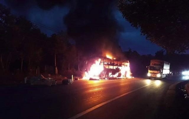 Xe khách bốc cháy dữ dội sau khi bị nổ lốp. Ảnh: KTĐT
