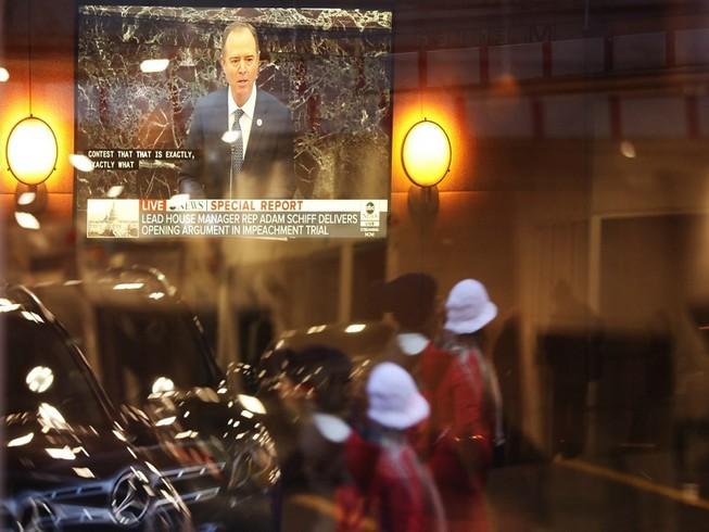 Ngày đầu tiên của phiên tòa luận tội ông Trump thu hút lượng khán giả khổng lồ. Ảnh: NBC NEWS