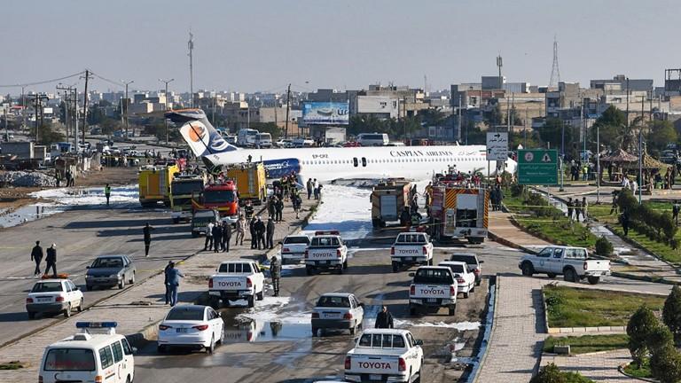 Một máy bay chở khách của Iran đã trượt khỏi đường băng và lao lên đường cao tốc Mahshahr-e-Ahwaz. Ảnh: AP