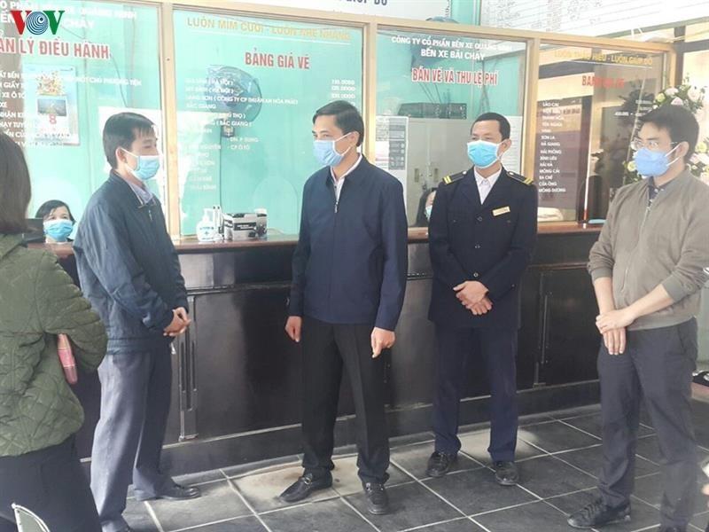 Bí thư Thành ủy Thành phố Hạ Long Vũ Văn Diện (người thứ 3 từ trái sang) kiểm tra công tác phòng chống dịch tại các điểm du lịch trên địa bàn