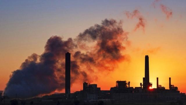 Nhà máy nhiệt điện than Dave Johnson được chiếu sáng dưới ánh mặt trời buổi sáng ở Glenrock, Wyo, ngày 27 tháng 7 năm 2018.