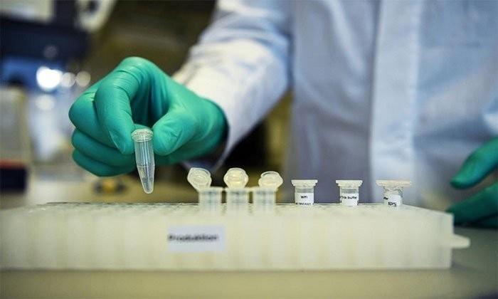 Nhà nghiên cứu ở Curevac phát triển vaccine ngừa nCoV trong phòng thí nghiệm tại Turbingen hôm 12/3. (Ảnh: Reuters).