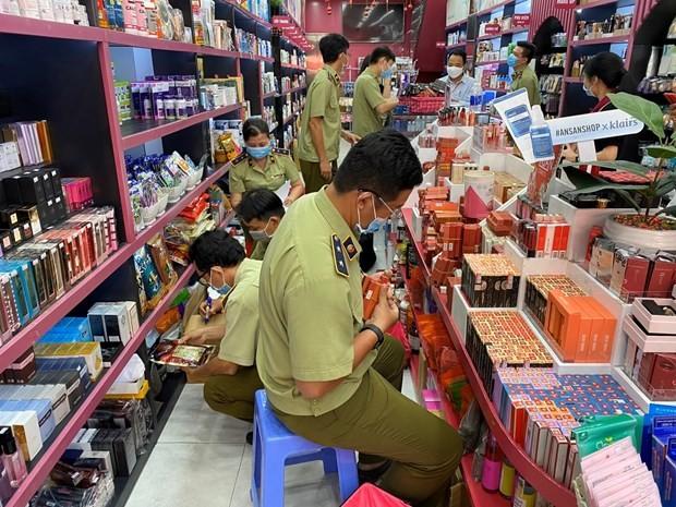 Đoàn liên ngành kiểm tra hàng hóa tại hệ thống Ansan Cosmetics. (Ảnh: PV/Vietnam+)