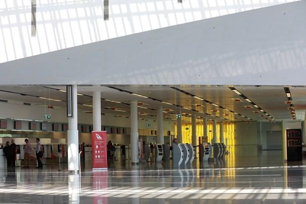 Sân bay Canberra vắng bóng người do dịch bệnh. (Ảnh: THX/TTXVN)