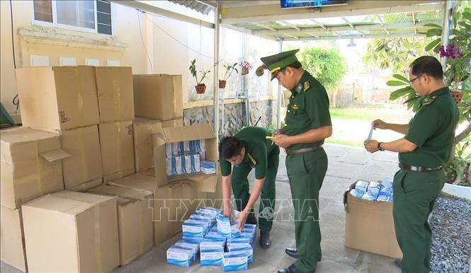 Chiến sỹ Đồn biên phòng Cửa khẩu quốc tế Thường Phước (Hồng Ngự, Đồng Tháp) kiểm đến số khẩu trang xuất lậu sang Campuchia, bị bắt giữ ngày 22/3.