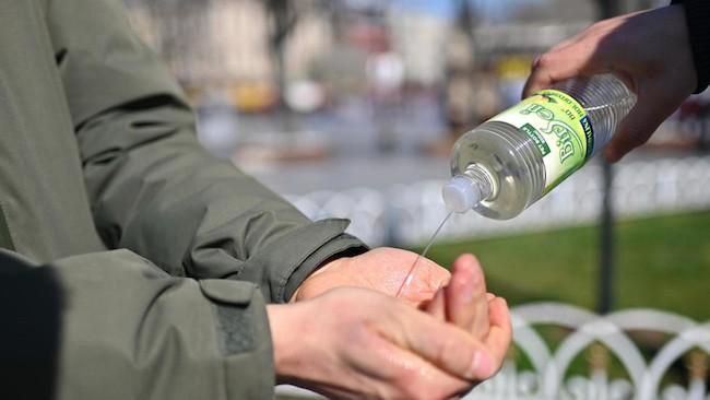 Người dân dùng nước rửa tay để phòng ngừa COVID-19 tại quảng trường Sultanahmet, Istanbul, Thổ Nhĩ Kỳ. Ảnh: AFP