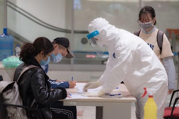Hành khách được hướng dẫn khai báo y tế tại sân bay quốc tế Nội Bài (ảnh chụp chiều 18-3) - Ảnh: NAM TRẦN