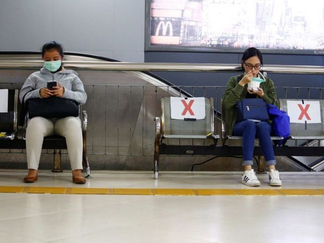 Người dân Indonesia được yêu cầu giữ khoảng cách xã hội. Ảnh: REUTERS