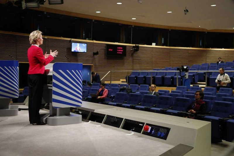 """Chủ tịch Ủy ban châu Âu Ursula von der Leyen phát biểu tại cuộc họp báo """"vắng tanh"""" giữa mùa dịch Covid-19. Ảnh: AP"""