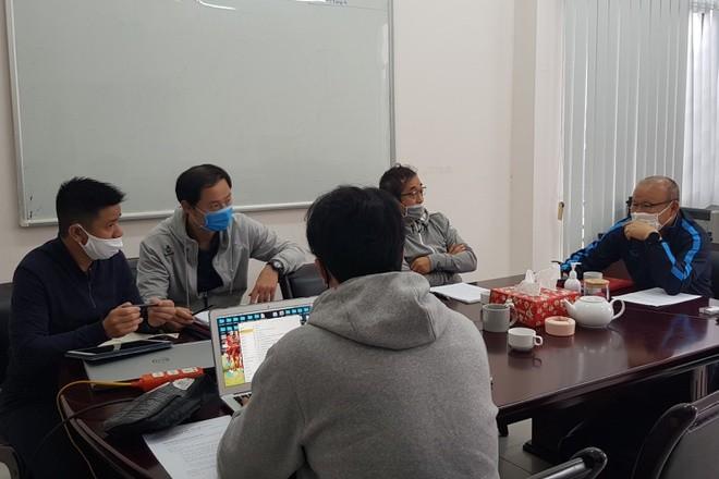 HLV Park Hang-seo vẫn làm việc cùng đội ngũ trợ lý hàng ngày. Ảnh: VFF.