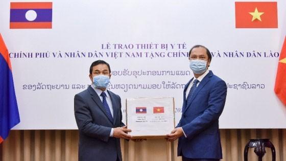 Chiều 3/4, Thứ trưởng Ngoại giao Nguyễn Quốc Dũng (phải) trao tượng trưng trang thiết bị y tế Việt Nam tặng Lào và Campuchia để hỗ trợ cuộc chiến chống dịch Covid-19. (Ảnh: Bộ Ngoại giao)