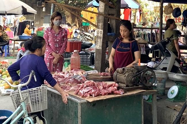 Thịt lợn tại các chợ lẻ vẫn chưa có dấu hiệu giảm giá trong mùa dịch bệnh COVID-19.