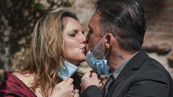 Những cặp đôi đặt lễ cưới trước khi Ý có lệnh phong tỏa được ngoại lệ tổ chức đám cưới. Ảnh: Andrew Medichini/AP Photo