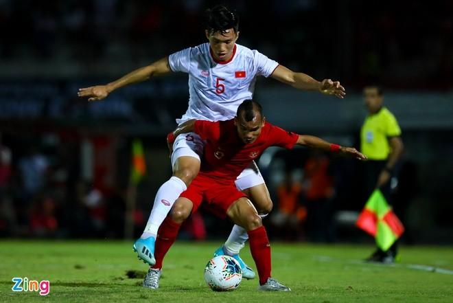 Đoàn Văn Hậu (áo trắng) và tuyển Việt Nam thắng 3-0 trước Indonesia ở trận lượt đi tại Bali. Ảnh: Minh Chiến.
