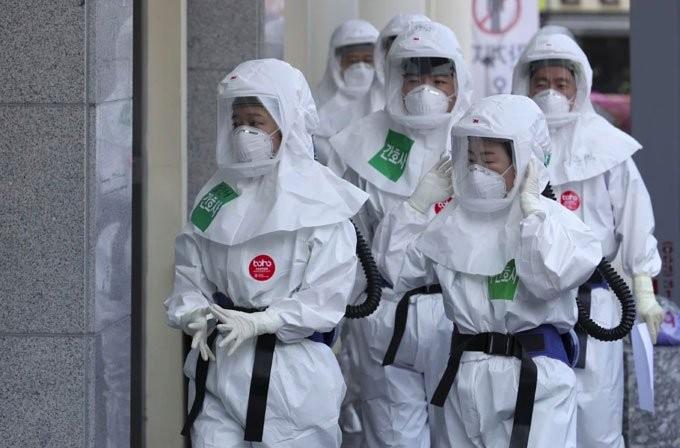 Nhân viên y tế đang làm nhiệm vụ tại Trung tâm Y tế Dongsan ở Daegu, Hàn Quốc. (Ảnh: AP).