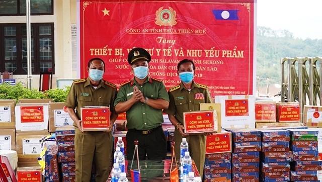 Đại tá Lê Văn Vũ, Phó Giám đốc Công an tỉnh Thừa Thiên Huế trao quà tặng Sở An ninh hai tỉnh Sa-la-val và Sê-kông (Lào).