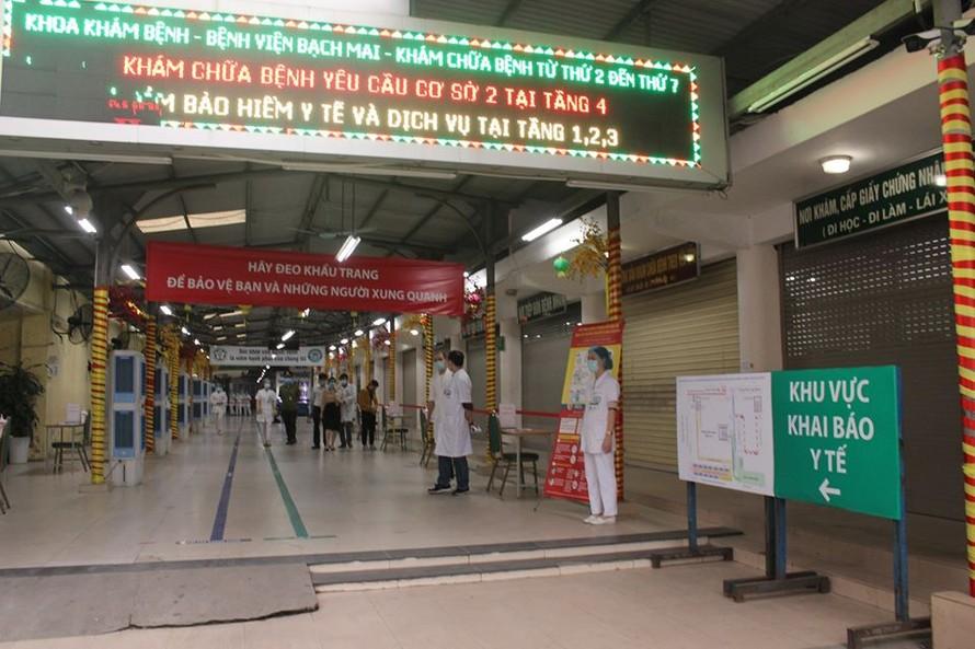 Tất cả bệnh nhân đến khám bệnh tại BV Bạch Mai đều phải thực hiện khai báo y tế. Ảnh: SK&ĐS
