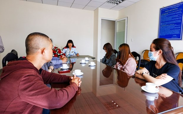 Năm thanh niên chia sẻ thông tin sai sự thật làm việc với Thanh tra Sở Thông tin và Truyền thông sáng 8/5. (Nguồn: baolamdong.vn)