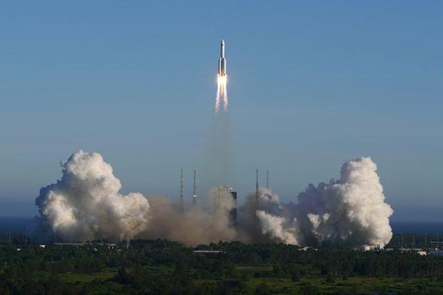 Tên lửa Long March 5B rời bệ phóng ở Wenchang, phía nam đảo Hải Nam, Trung Quốc