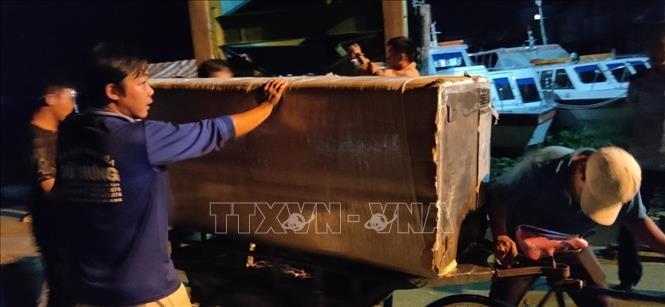 Lực lượng chức năng đưa số tang vật vừa bắt giữ về kho lưu của Cục Hải quan An Giang để phục vụ cho công tác điều tra. Ảnh: TTXVN phát