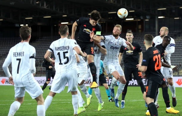 Đội bóng LASK Linz (áo trắng) bị phạt nặng do các cầu thủ vi phạm quy định giãn cách xã hội khi tập luyện. (Ảnh: Getty)