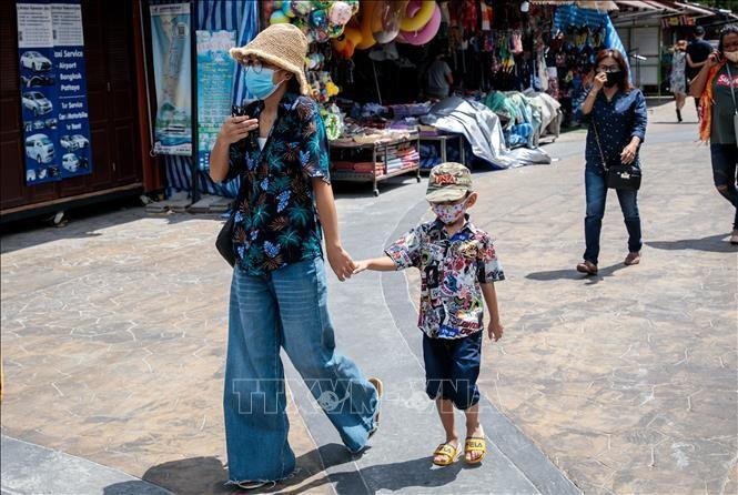 Người dân đeo khẩu trang phòng lây nhiễm COVID-19 tại Hua Hin, Thái Lan ngày 19/5/2020. Ảnh minh họa: AFP/TTXVN
