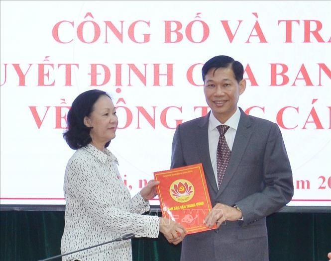 Đồng chí Trương Thị Mai trao quyết định và chúc mừng đồng chí Đỗ Văn Phới. Ảnh TTXVN