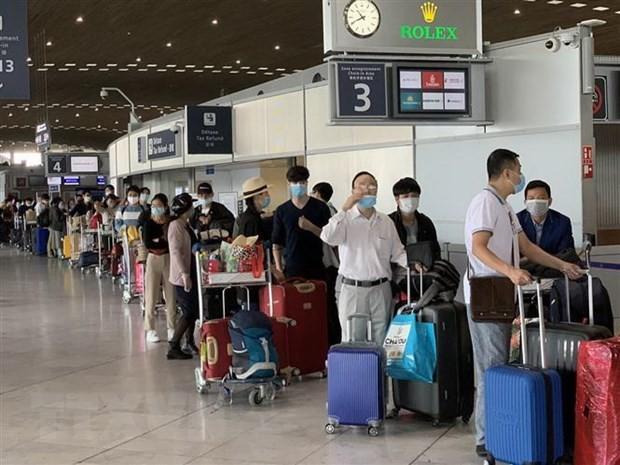 Công dân Việt Nam từ Pháp và các nước lân cận ở khu vực châu Âu làm thủ tục lên máy bay để về nước. (Ảnh: TTXVN)