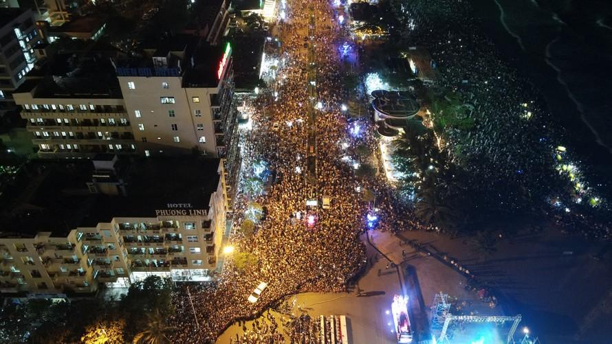 : Hàng vạn du khách đổ về Sầm Sơn dự chuỗi sự kiện mùa hè tại thành phố biển. (Ảnh: Fanpage Sầm Sơn 36)
