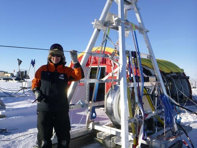 Nhóm nghiên cứu dùng máy khoan nước nóng để khoan xuyên qua lớp băng dày ngăn cách hố đại dương với các cơn gió và không khí ở nhiệt độ đóng băng bên trên.