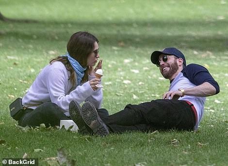 Chris Evans và Lily James hẹn hò ở công viên. Ảnh: Daily Mail.