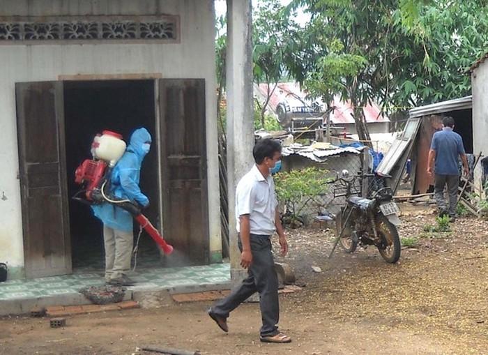 Phun hóa chất khử khuẩn tại xã Ya Xiêr, huyện Sa Thầy, Kon Tum