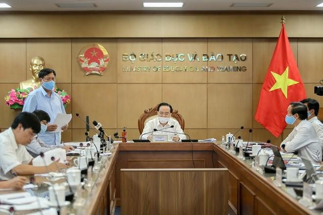 Bộ trưởng GD&ĐT Phùng Xuân Nhạ chủ trì cuộc họp với đại diện 63 tỉnh, thành về tổ chức thi tốt nghiệp THPT sắp tới. Ảnh: T.T.