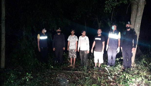 Lực lượng an ninh Thái Lan bắt giữ những người vượt biên trái phép. (Ảnh: BusinessBD)