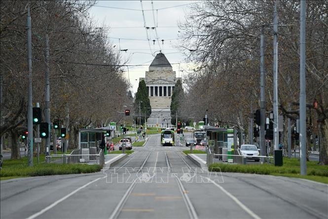 Một tuyến phố ở thành phố Melbourne, Australia vắng bóng người do dịch COVID-19 ngày 3/8/2020. Ảnh: THX/TTXVN