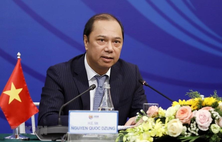 Thứ trưởng Bộ Ngoại giao Nguyễn Quốc Dũng, Trưởng SOM ASEAN Việt Nam trả lời phóng viên các cơ quan báo chí. (Ảnh: Dương Giang/TTXVN)