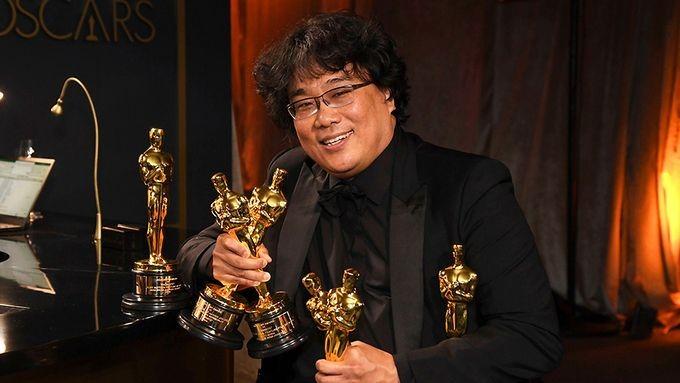 """Đạo diễn Bong Joon Ho của phim """"Parasite"""" (2019) là người Hàn đầu tiên thắng giải Đạo diễn xuất sắc trong Oscar lần 92. Tác phẩm cũng đoạt giải Phim xuất sắc. (Nguồn: Richard Shotwell)"""