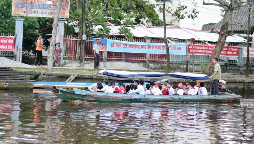 HS huyện Trần Văn Thời (Cà Mau) đến trường bằng đò.