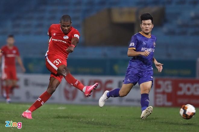 Bruno (áo đỏ) là cầu thủ quan trọng bậc nhất của CLB Viettel. Ảnh: Minh Chiến.
