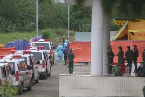 Xe chở thi thể 22 cán bộ, chiến sĩ gặp nạn về Nhà thi đấu đa năng tỉnh Quảng Trị để khâm liệm. Ảnh: NGUYỄN CƯỜNG