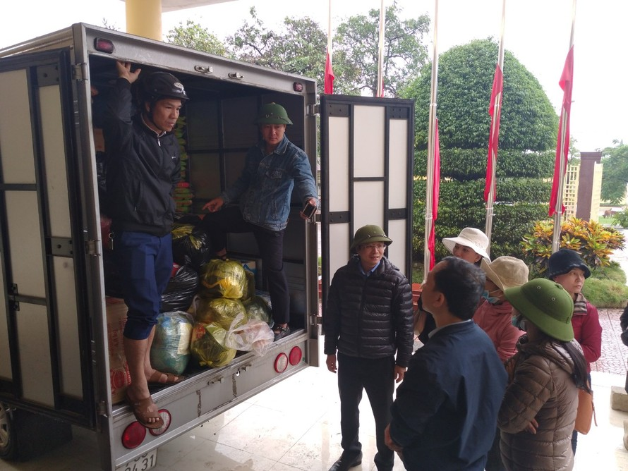 Cán bộ, nhân viên Sở GD&ĐT tỉnh Quảng Bình mang hàng hoá cứu trợ người dân vùng lũ